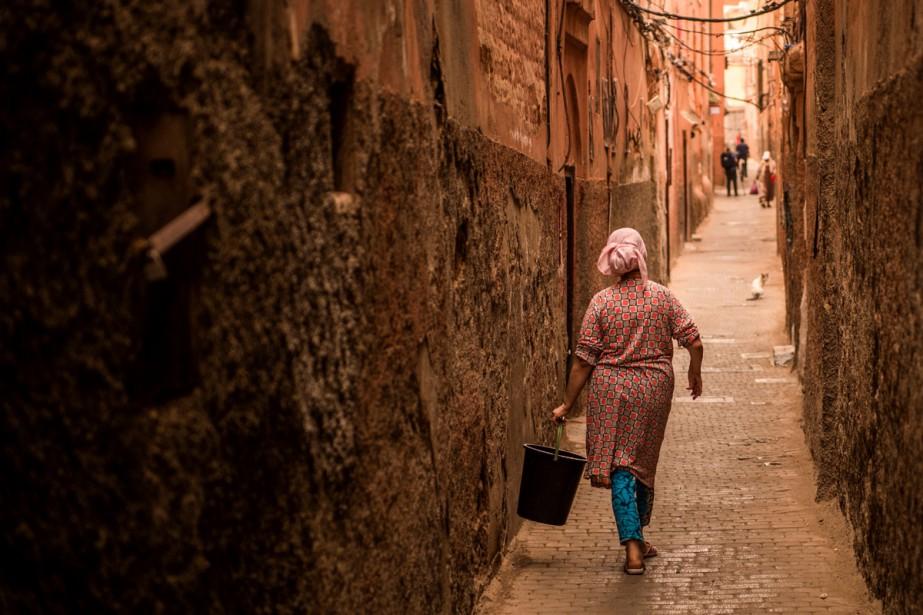 Une femme marche dans le quartier du Mellah,... (PHOTO AFP)
