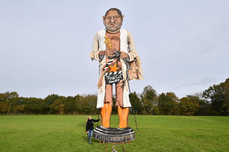 La sculpture d'Harvey Weinstein le représente en robe... (Photo Ben Stanstall, AFP)