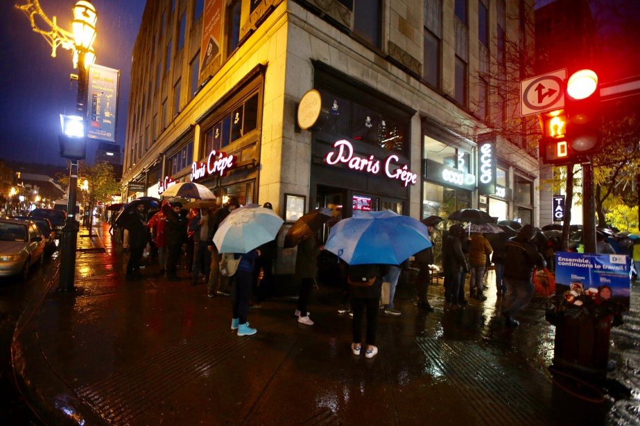Vendredi matin à 7h, des dizaines de gens attendaient l'ouverture du magasin Apple à Montréal pour faire l'achat du nouveau iPhoneX. (Photo Martin Chamberland, La Presse)