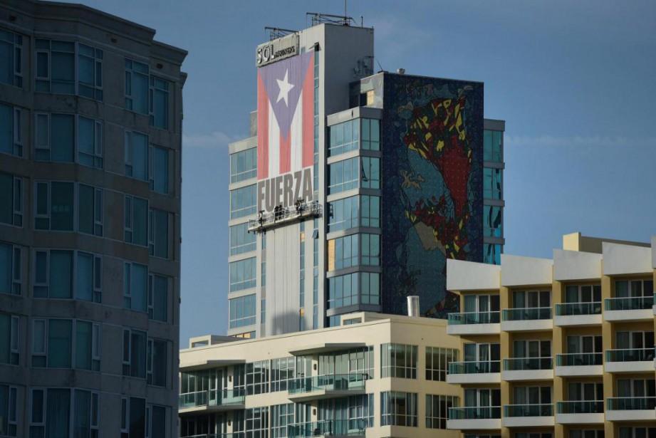 Un grand drapeau portoricain avec le mot «Force»... (Photo archives Associated Press)