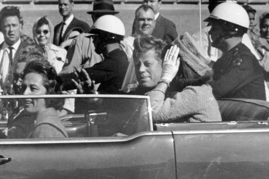 John F. Kennedy et sa femme Jacqueline à... (PHOTO Jim Altgens, ARCHIVES AP)