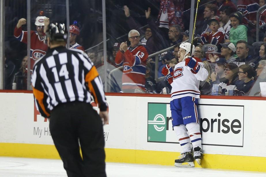 Andrew Shaw festoie après son but.... (Photo La Presse canadienne)
