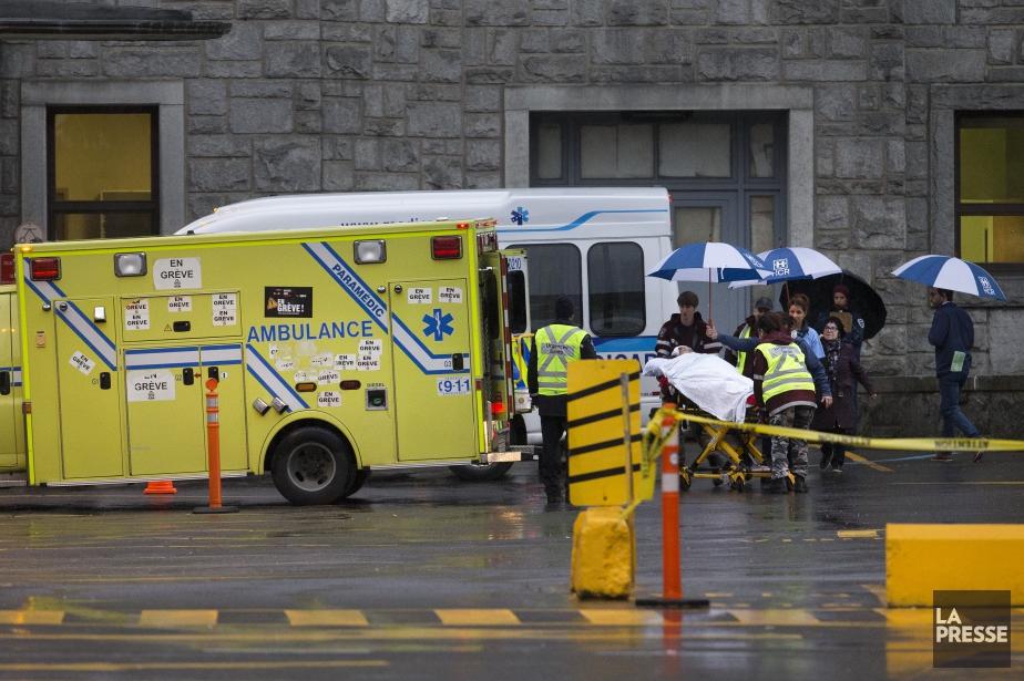 Dès 7h, quelque 70 patients ont été déplacés... (Photo Robert Skinner, La Presse)