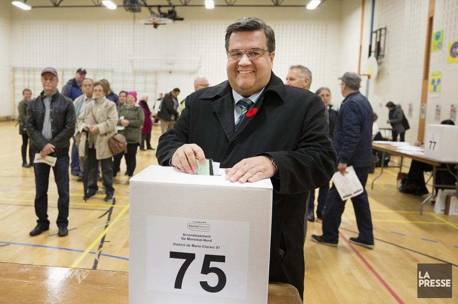 Denis Coderre a voté à l'école Sainte-Gertrude de... (Photo Robert Skinner, La Presse)