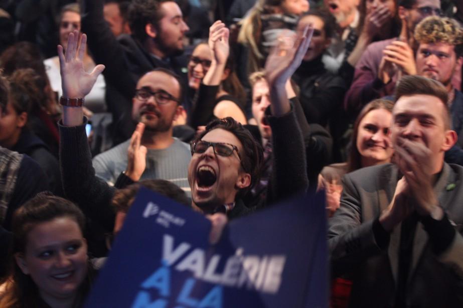 Les gens sautent de joie au théâtre Corona dès l'annonce de la victoire de Mme Plante. | 5 novembre 2017