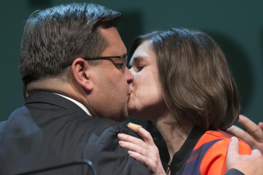 Denis Coderre embrasse son épouse Chantale Renaud, à la fin de son discours. | 5 novembre 2017