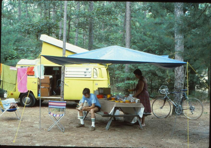 <strong>LA VOITURE QUI A MARQUÉ SON ENFANCE - </strong>Le camper Westfalia jaune serin dans lequel sa famille parcouru les routes de France et de Suisse pendant deux mois en 1977. (Photo : Jean-Michel Dufaux)