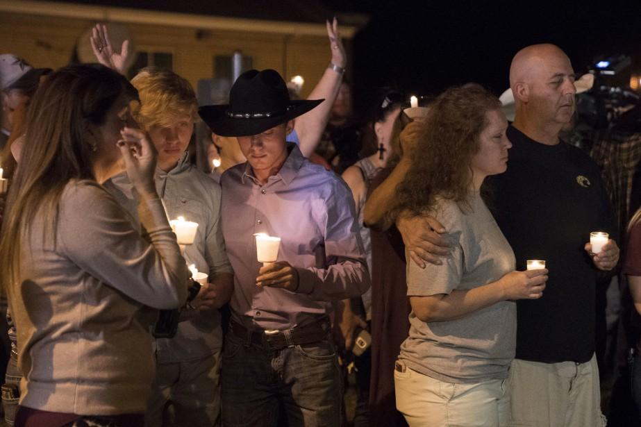 Au lendemain de la tuerie, les gens se... (Photo Darren Abate, AP)