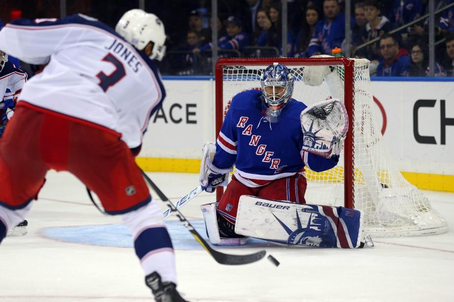Le défenseur Seth Jones (3) trouve peu d'espace... (Photo Brad Penner, USA TODAY Sports)