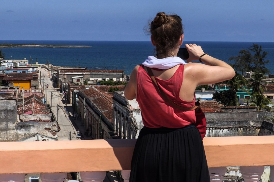 Une touriste prend une photo de la ville... (Photo AFP)