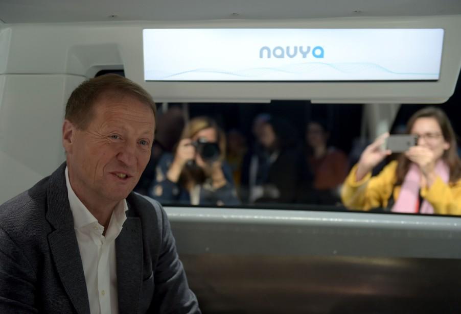 Christophe Sapet, président du conseil d'administraiton de Navya, a présenté son nouveau taxi ce midi à Saint-Denis, près de Paris. | 7 novembre 2017