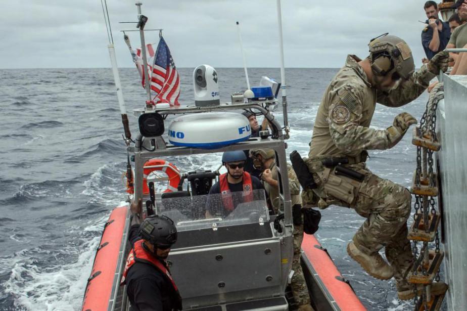 Un agent de la Garde côtière des États-Unis... (Photo fournie par les Forces armées canadiennes)