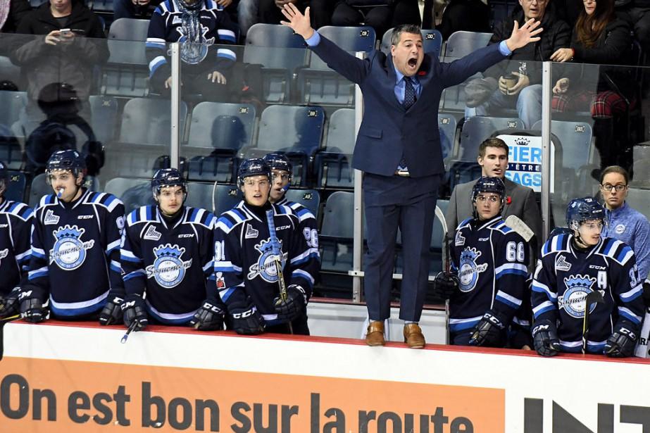 Hors de lui, l'entraîneur-chef des Saguenéens, Yanick Jean,...
