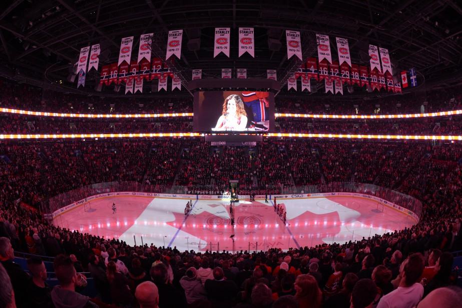 Vue d'ensemble de la patinoire colorée du drapeau canadien lors... | 2017-11-09 00:00:00.000