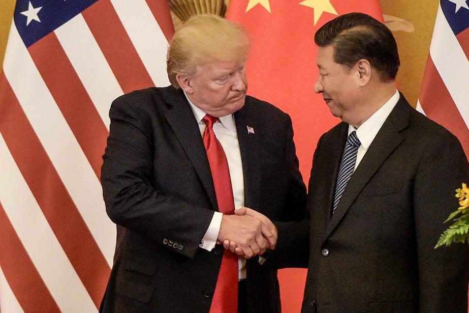 Le président américain Donald Trump serre la main... (PHOTO FRED DUFOUR, ARCHIVES AGENCE FRANCE-PRESSE)