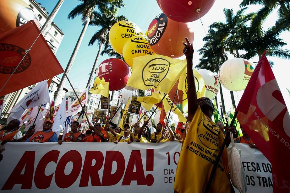 Des manifestants étaient rassemblés sur la place de... (PHOTO MIGUEL SCHINCARIOL, AGENCE FRANCE-PRESSE)