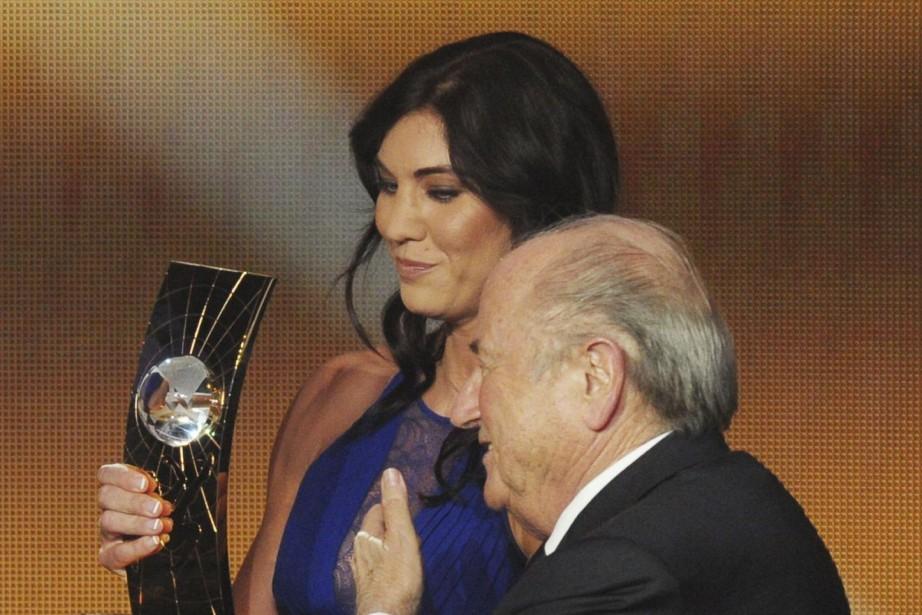 Hope Solo et l'ancien président de la FIFA... (PHOTO Steffen Schmidt, ARCHIVES AP)