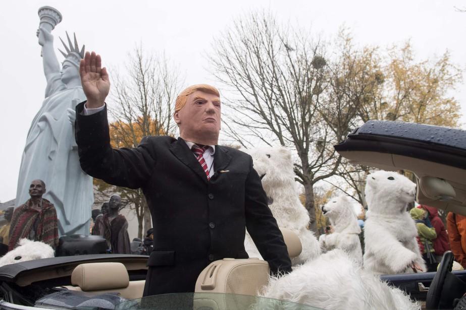 Une parodie de l'inaction du président américain Donald... (Photo Bernd Thissen , AFP)