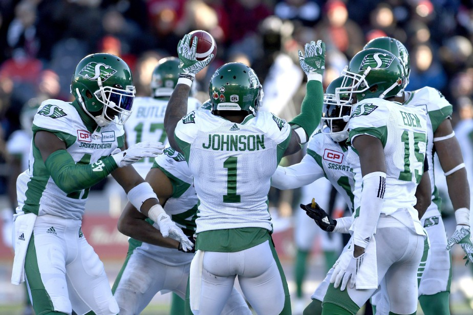 Jovon Johnson (1) célèbre son interception avec ses... (Photo Justin Tang, La Presse canadienne)