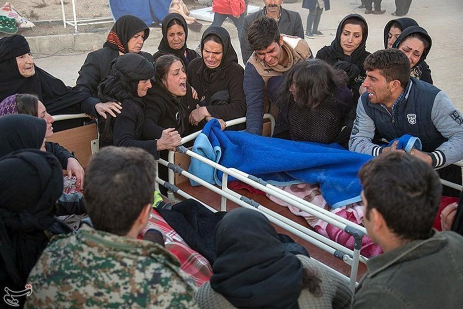 Des gens en pleurs entourent une victime du... (PHOTO REUTERS/TASNIM NEWS)