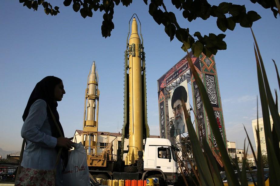 Un missile Ghadr-H (au centre) et un missile... (PHOTO VAHID SALEMI, ARCHIVES ASSOCIATED PRESS)