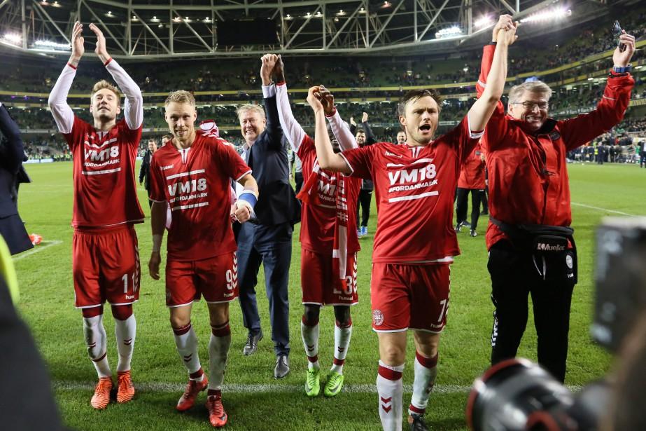 Les joueurs du Danemark célèbrent après leur victoire... (Photo Paul Faith, AFP)