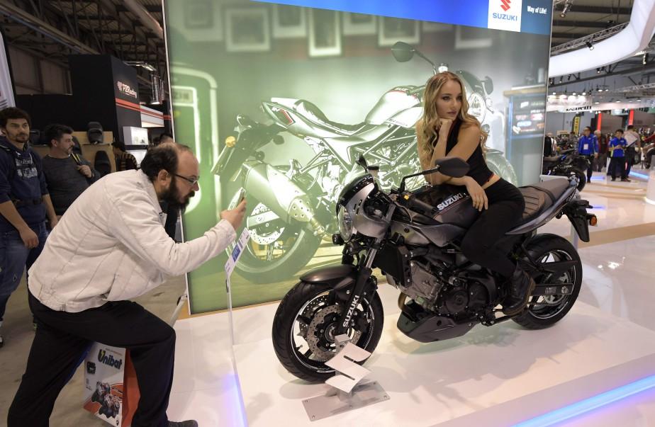 Un homme photographie une hôtesse et la nouvelle Suzuki SV650X ABS. | 15 novembre 2017