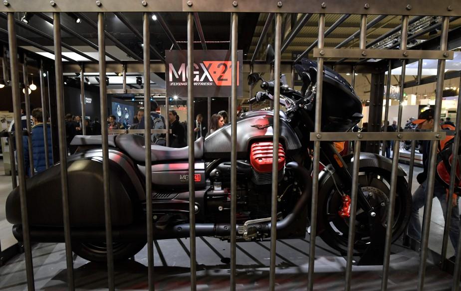 La MGX-21 de Moto Guzzi a été exposée dans une cage. | 15 novembre 2017
