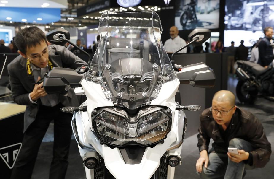 Des visiteurs examinent une moto Triumph. | 15 novembre 2017