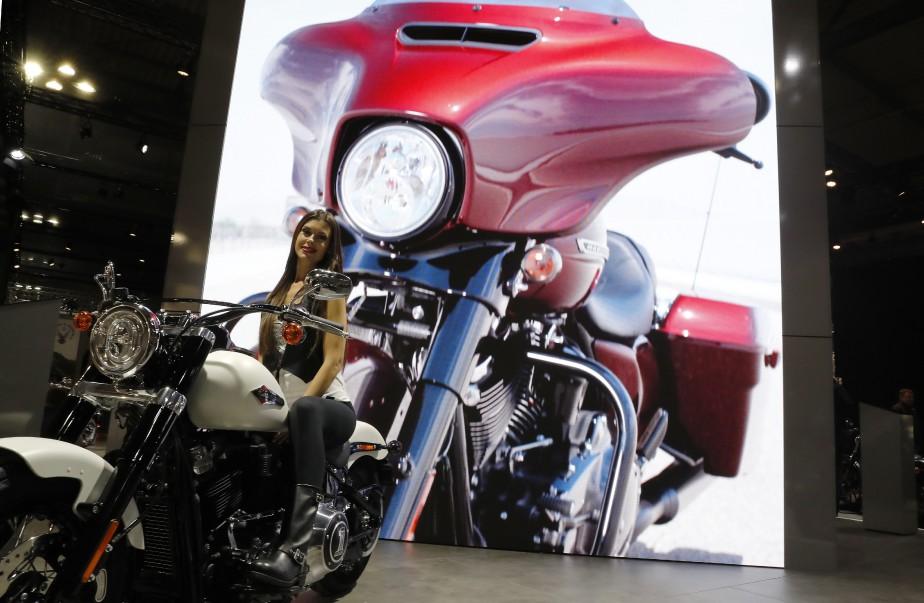 Une hôtesse assise sur cette Harley Davidson. | 15 novembre 2017