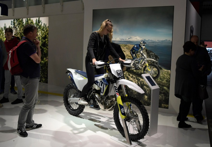Une femme enfourche cette motocyclette Enduro. | 15 novembre 2017