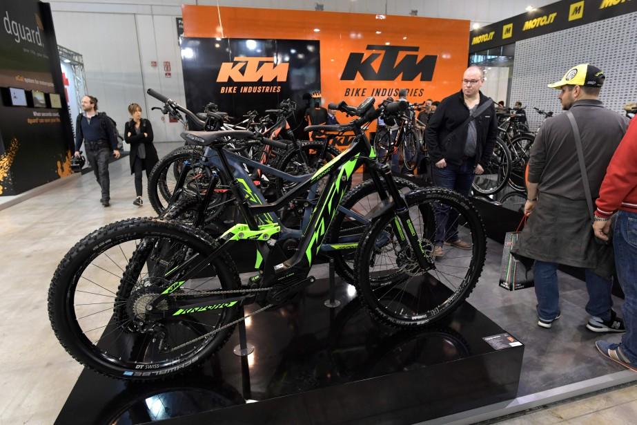 Des visiteurs examinent le nouveau vélo de montagne électriquement assisté KTM Kapoho 273. Une petite section de l'Esposizione Internationale del Ciclo e Motociclo est vouée aux deux-roues mixtes à la marge du marché de la motocyclette.   | 15 novembre 2017