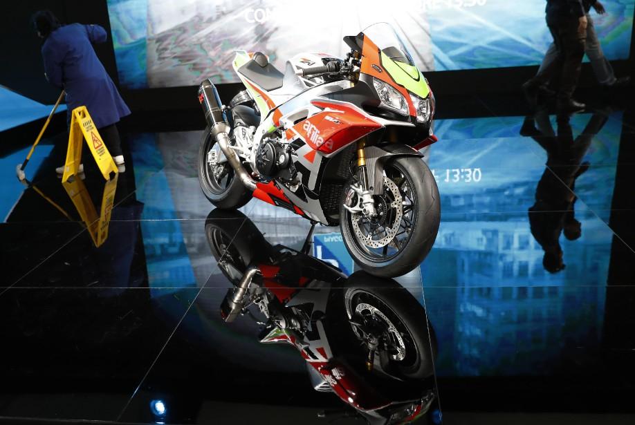 Une nouvelle Aprilia SV4 exposée au Salon de la moto EICMA. | 15 novembre 2017