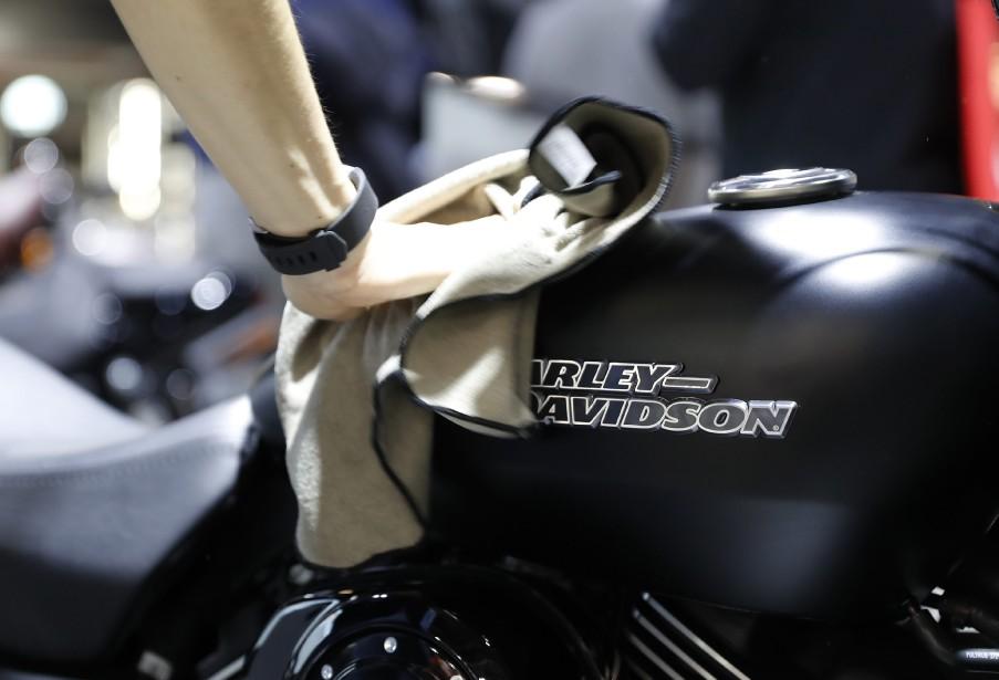 Un préposé astique une Harley Davidson. | 15 novembre 2017