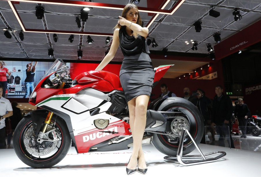 Une jeune femme prend la pose devant la Ducati Panigale v4 Speciale. | 15 novembre 2017