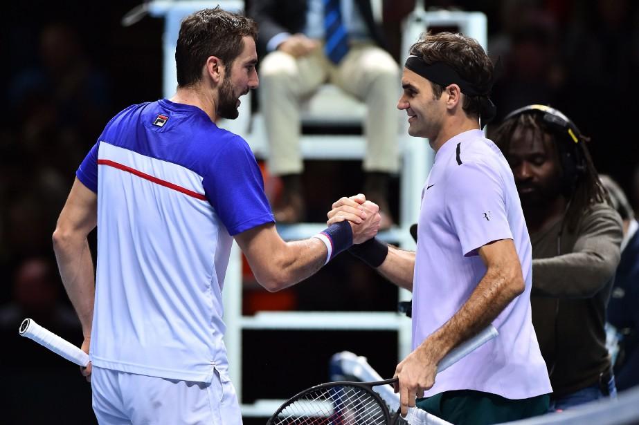Marin Cilic et Roger Federer se serrent la... (PHOTO AFP)