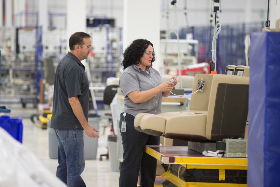 Bombardier compte notamment recruter des ouvriers, des artisans... (PHOTO Christinne Muschi, REUTERS)