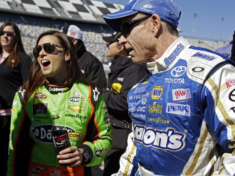 Les pilotes Danica Patrick et Mark Martin s'amusaient ferme après les qualifications de la course Daytona 500 de la série NASCAR Sprint Cup le 17 février 2013. Elle avait pris la pôle position, devenant ainsi la première femme à prendre le départ en première place d'une course de la Sprint Cup. | 17 novembre 2017