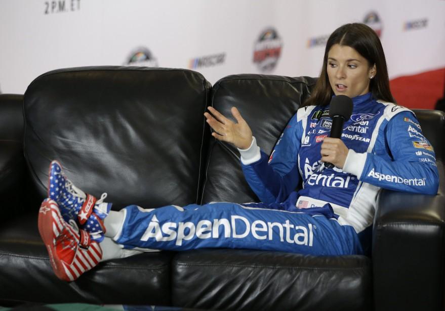 Danica Patrick avait montré ses chaussures de conduite lors de la conférence des pilotes avant la course NASCAR Daytona 500 le 22 février 2017. | 17 novembre 2017