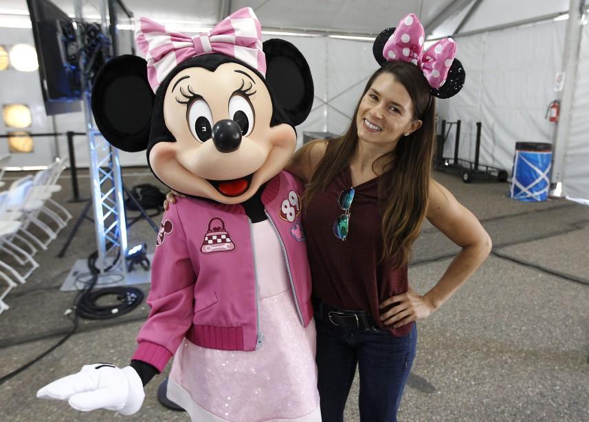 Danica Patrick pose avec Minnie Mouse au circuit Phoenix International Raceway, le 10 novembre 2017. La pilote figure dans un dessin animé de Walt Disney à paraître, dans la série  Mickey and the Roadster Racers.  | 17 novembre 2017