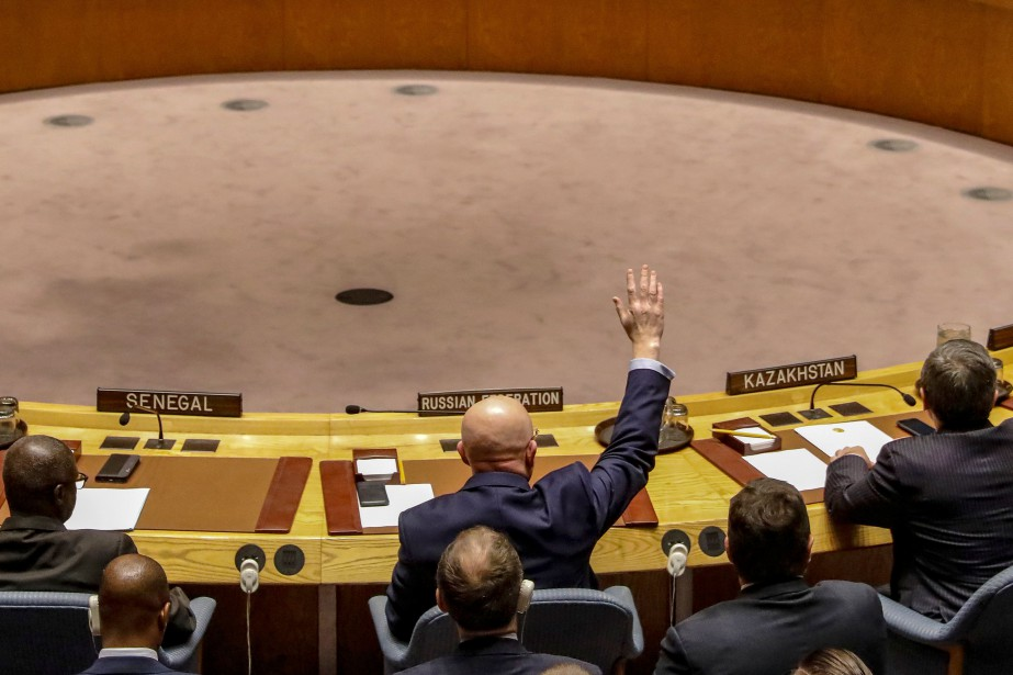 L'ambassadeur russe à l'ONU Vasily Nebenzya a voté... (PHOTO Brendan McDermid, REUTERS)