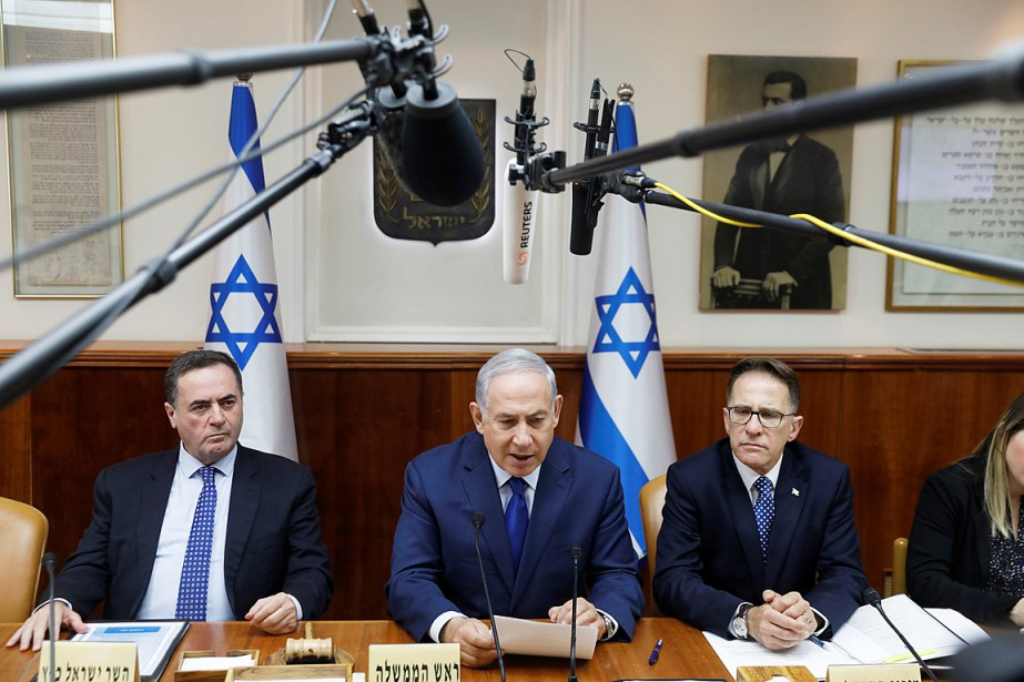 Le premier ministre israélien Benyamin Nétanyahou (au centre)... (PHOTO RONEN ZVULUN, REUTERS)