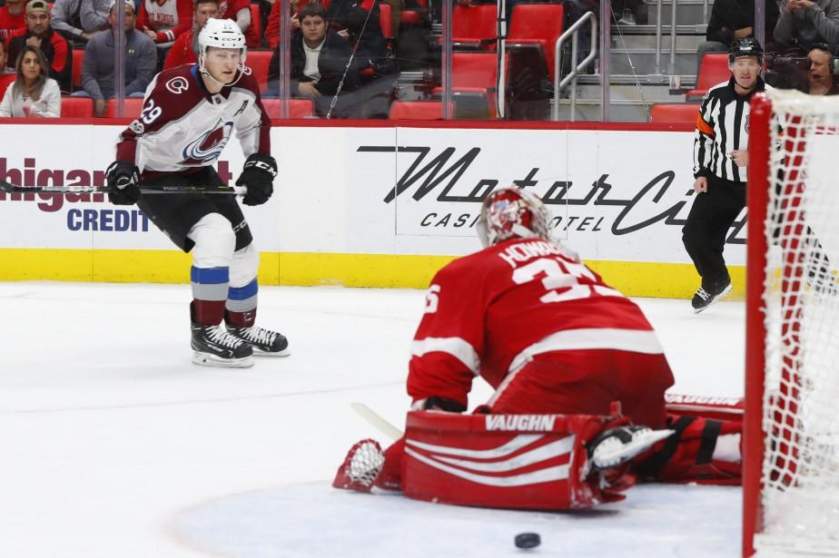 Nathan MacKinnon a couronné une remontée de trois buts en marquant... (PHOTO AP)