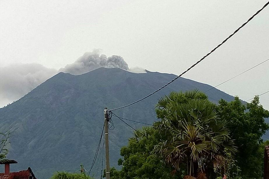 De la fumée et des cendres sortaient aujourd'hui... (Wayan Wijaya, AP)