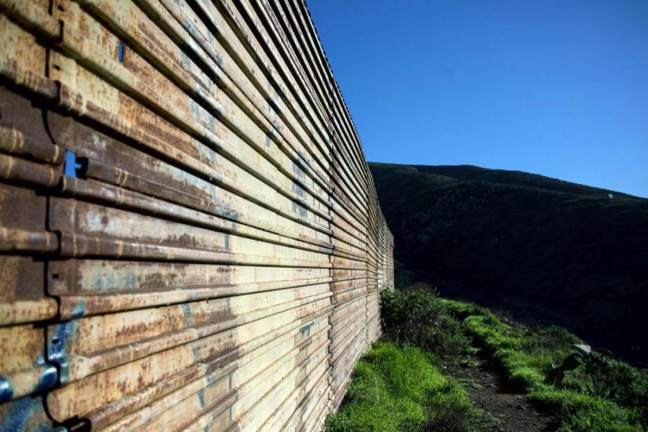 Le mur à la frontière entre les États-Unis... (Photo Guillermo Arias, archives Agence France-Presse)
