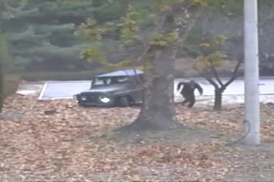Sur les images, on voit le militaire sortir... (PHOTO AP/Commandement des Nations unies en Corée)