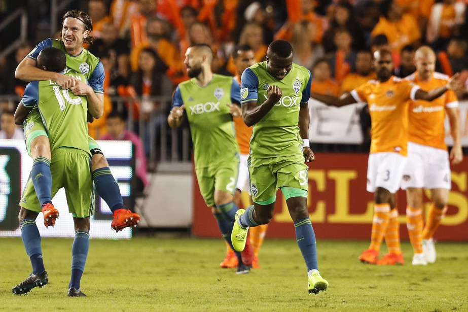 Gustav Svensson (4) et Kelvin Leerdam (18) célèbre... (Photo Brett Coomer, Houston Chronicle via AP)