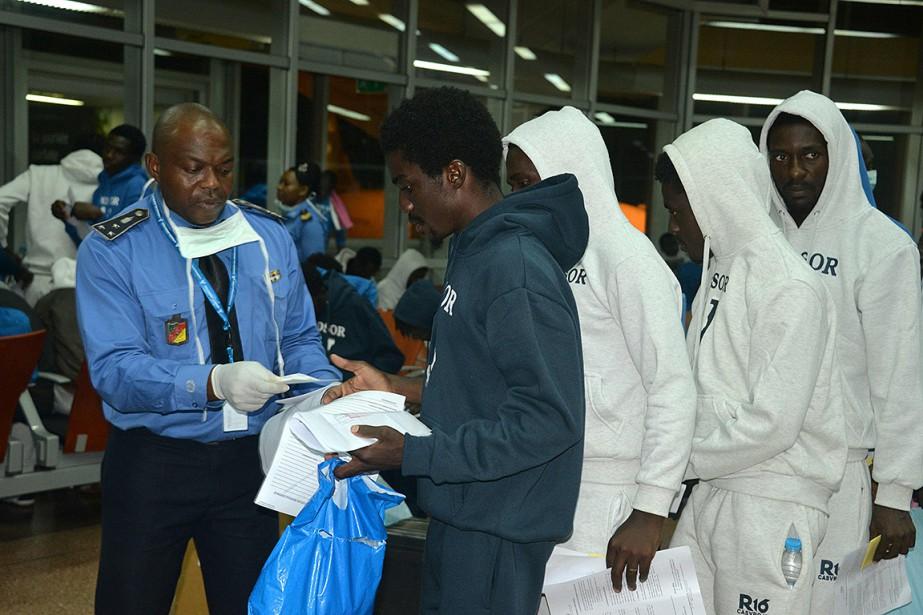 Des migrants sont arrivés à l'aéroport de Yaoundé... (Reinnier KAZE, AFP)