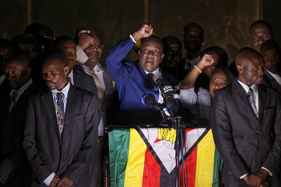 Emmerson Mnangagwa, au centre, se réjouit devant ses... (Ben Curtis, AP)