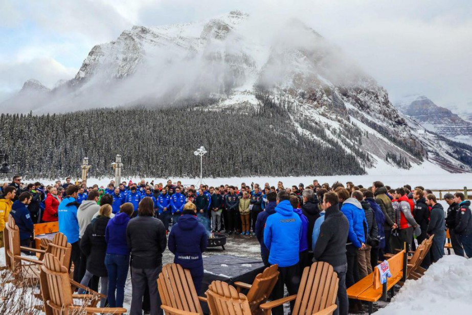 Les skieurs se sont recueillis, hier à Lake... (PhotoSergei Belski, USA TODAY Sports)